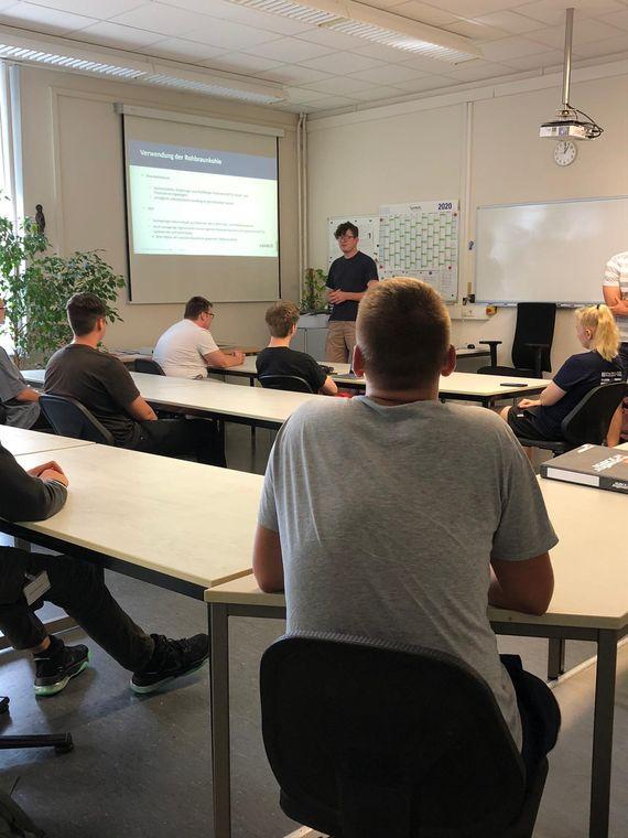 Einführungswoche bei LEAG: Azubi Marcus Poeggel erklärt den Neuen die Veredlung, Foto: LEAG
