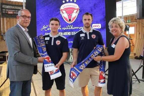 Saisonauftakt: LEAG-Vertreter mit Spielern der Lausitzer Füchse