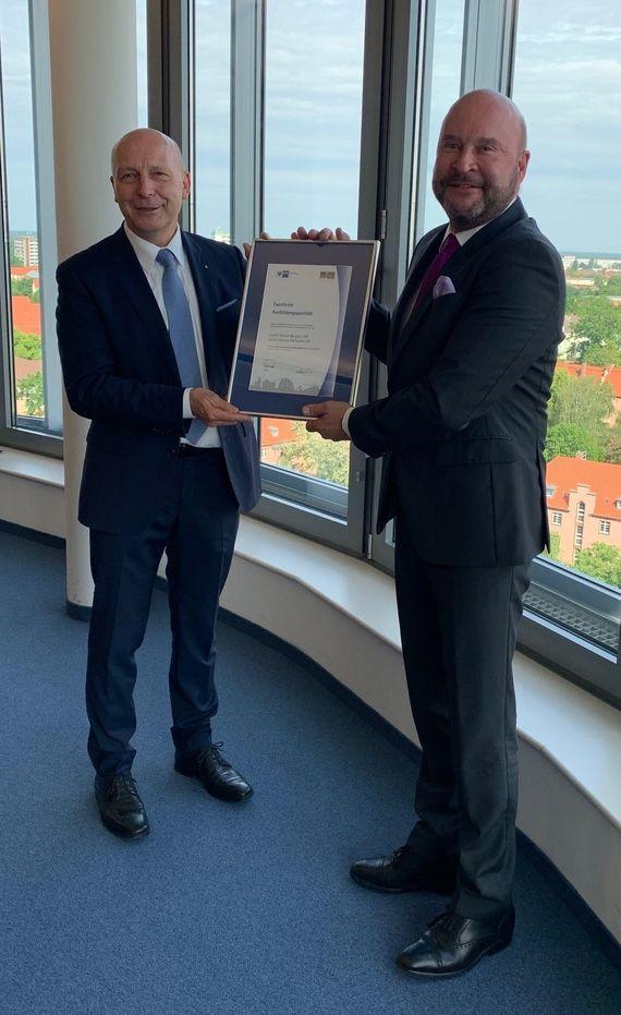 IHK Cottbus Präsident Peter Kopf überreicht das IHK Siegel für exzellente Ausbildungsqualität an LEAG-Personalvorstand Dr.-Ing. E.h. Michael von Bronk (v.l.n.r.), Foto: LEAG
