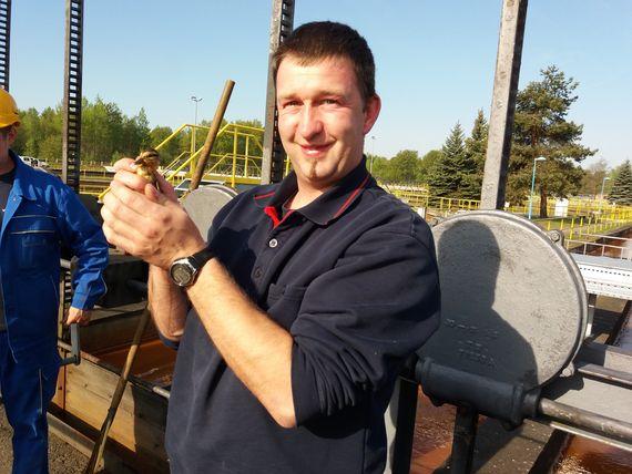 Thomas Husse, Werksfeuerwehrmann bei der LEAG, mit einem der geretteten Entenküken