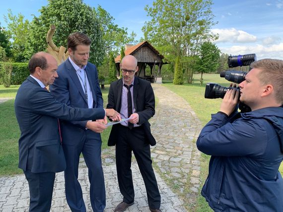 LEAG Vorstandsvorsitzender Dr. Helmar Rendez, Marc Blaha von der LEAG Unternehmensentwicklung und juwi Projektleiter Tilman Rückert (v.l.n.r.) informieren zum geplanten Solarpark, Foto: LEAG