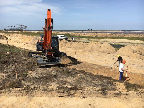 Grabungsstelle mit Tagebaugeräten im Hintergrund, Foto: LEAG