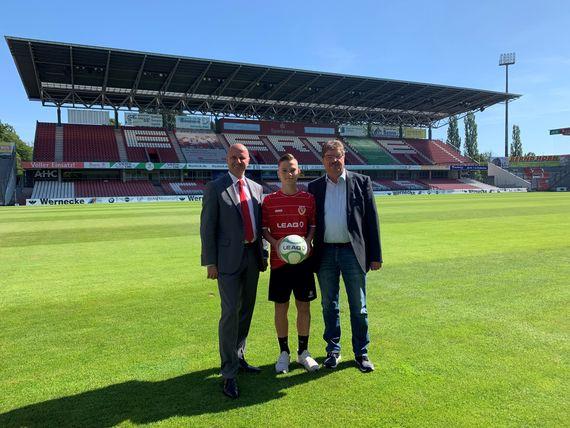LEAG-Personalvorstand Jörg Waniek, FCE-Spieler in der U16-Bundesligamannschaft Jannis Nuckel und FCE-Präsident Werner Fahle (v.l.) im Stadion der Freundschaft, Foto: FC Energie Cottbus