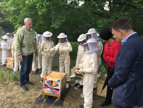 Stiftungsvorstand Thomas Penk (rechts im Bild) informiert sich bei Projektleiter Olaf Schöpe und den Schülern über die Entwicklung der Bienenvölker, Foto: LEAG