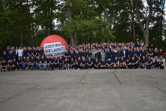 Der Ausbildungsjahrgang 2019 tritt zum Gruppenfoto an, Foto: LEAG