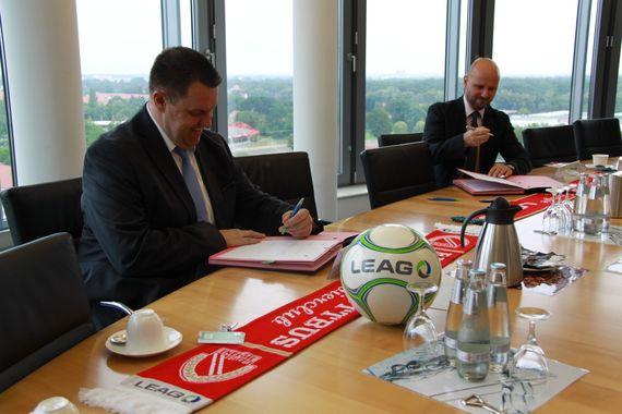 FCE-Präsident Matthias Auth und LEAG-Personalvorstand Jörg Waniek unterzeichnen den Sponsoring-Vertrag für die aktuelle Fußballsaison 2020/21, Foto: LEAG