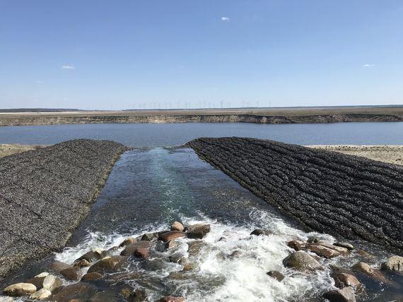 Spreewasser fließt am Einlaufbauwerk in Lakoma in den Cottbuser Ostsee, Foto: LEAG
