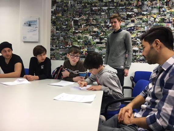 Schüler des Erwin-Strittmatter-Gymnasiums unterrichten die Kinder, Foto: LEAG.