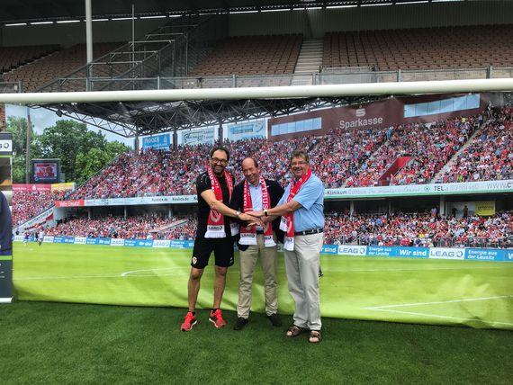 Lausitzer Energie - LEAG und FC Energie Cottbus bleiben weiterhin Partner. FCE-Trainer Claus-Dieter Wollitz, LEAG-Vorstandsvorsitzender Dr. Helmar Rendez und FCE-Präsidiumsmitglied Werner Fahle (v.l.n.r.) , Foto: FC Energie Cottbus