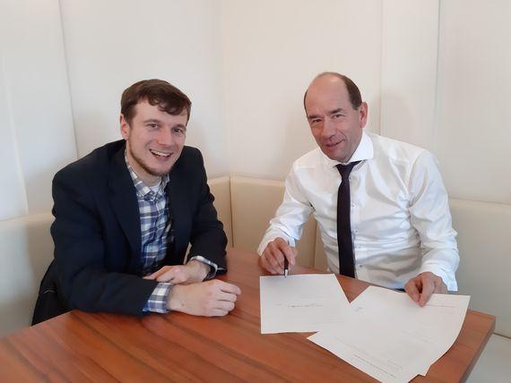 SpinLab-Geschäftsführer Dr. Eric Weber und LEAG-Vorstandsvorsitzender Dr. Helmar Rendez unterzeichneten einen Vertrag zur künftigen Themenpartnerschaft im Energiebereich.