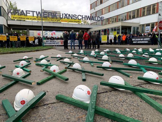Protestaktion zur Sicherheitsbereitschaft am Block E im Kraftwerk Jänschwalde, Foto: LEAG