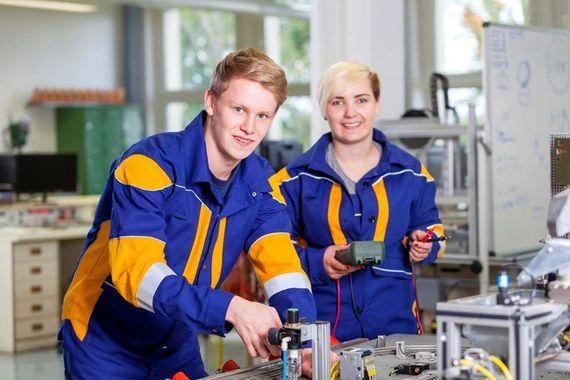 Zwei Azubis in der Ausbildungswerkstatt Schwarze Pumpe