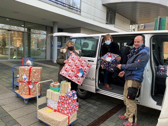 Mitarbeiter des Paul Gerhardt Werks Cottbus holen die von den LEAG-Mitarbeitern gespendeten Geschenke ab. Alle 80 bei LEAG in Cottbus abgegebene Kinder-Wünsche konnten erfüllt werden, Foto: LEAG