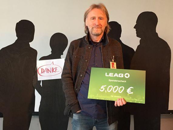 Uwe Proksch, Geschäftsführer der Kulturfabrik Hoyerswerda, sagt Danke für die LEAG-Spende, Foto: Kufa Hoyerswerda