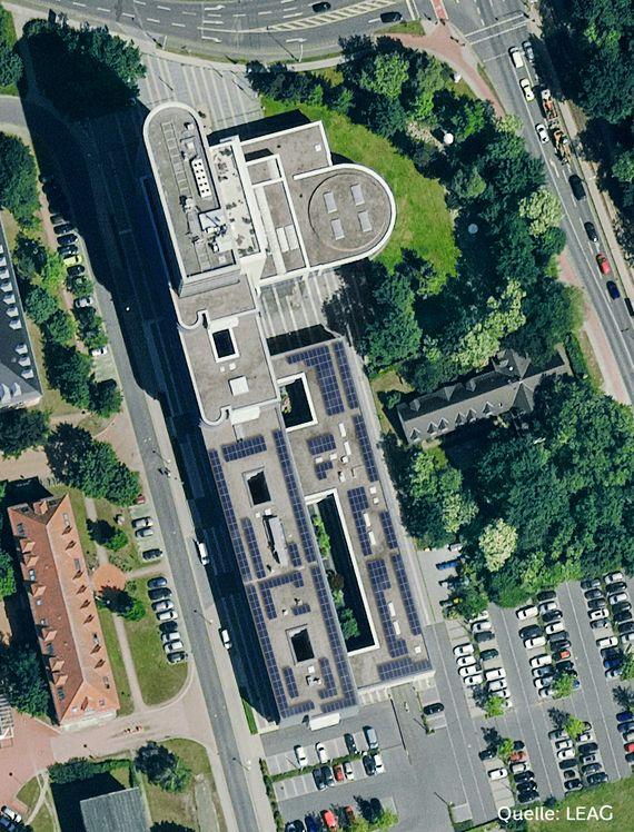 126 Megawatt Strom soll die Solaranlage auf dem Dach der LEAG in Cottbus jährlich erzeugen, Foto/Bildmontage: LEAG