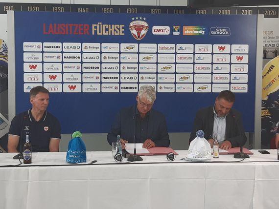 Unterschreiben den Sponsoring-Vertrag für die Saison 2021/2022: LEAG-Kraftwerksvorstand Hubertus Altmann und EHC-Geschäftsführer Dirk Rohrbach, Foto: LEAG