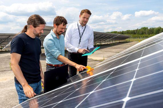 Das Start-up Unternehmen DENKweit überprüft den LEAG-Solarpark Welzow III, Foto: LEAG