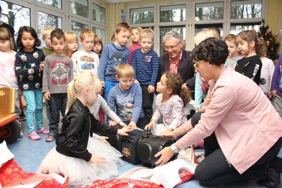 Mitarbeiter des Kraftwerkes Jänschwalde beschenken Kinder der Peitzer KITA Sonnenschein