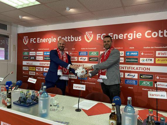 LEAG-Personalvorstand Jörg Waniek und FCE-Präsident Sebastian Lemke (v.l.n.r.) wollen die gemeinsame Partnerschaft fortsetzen, Foto: FC Energie Cottbus