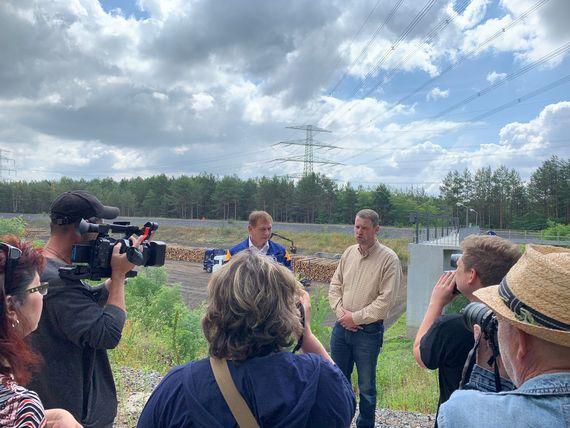 Der stellvertretende Leiter des Kraftwerks Boxberg, Michael Wrzesinski und Revierleiter Michael Junker informieren Medien zu der Einlagerung, Foto: LEAG