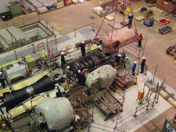 Im Maschinenhaus setzen Arbeiter das Gehäuseoberteil auf den bei General Electric zuvor überholten Hochdruckteil-Innenblock.