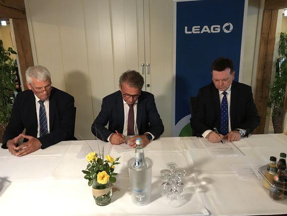 LEAG-Vorstand Andreas Huck unterzeichnet gemeinsam mit Bernd Starick, Geschäftsführer Bauern AG Neißetal, und Frank Schneider, Geschäftsführer Agrargenossenschaft Heinersbrück, den Vertrag zur Flächennutzung und Bewirtschaftung für den Energiepark Bohrau