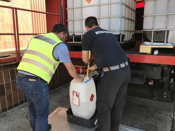 Thomas Husse von der LEAG-Feuerwehr und Tilo Ohde von der Netzgesellschaft Berlin-Brandenburg verladen 480 Liter Desinfektionsmittel, Foto: LEAG