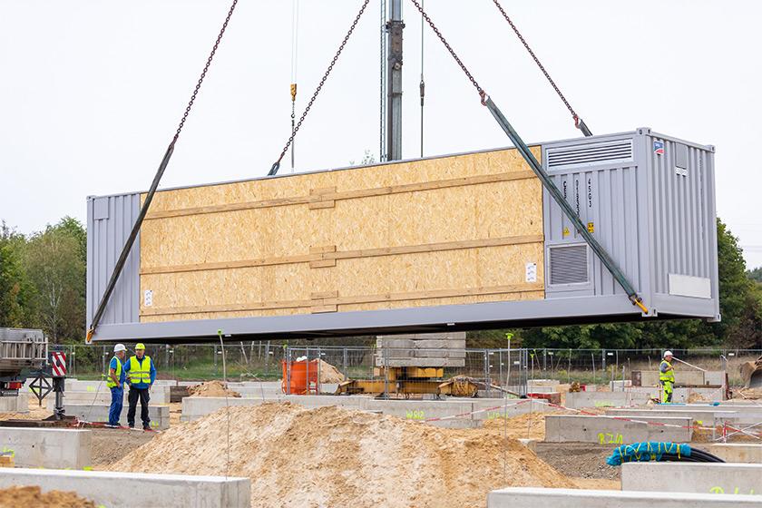 BigBattery Lausitz – Lieferung der ersten Umrichtercontainer