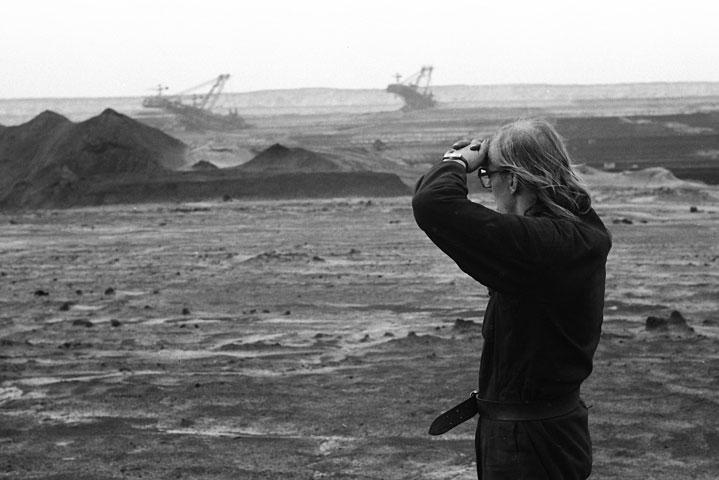 Fast 30 Jahre her: Gerhard Gundermann blickt auf den Tagebau Spreetal.